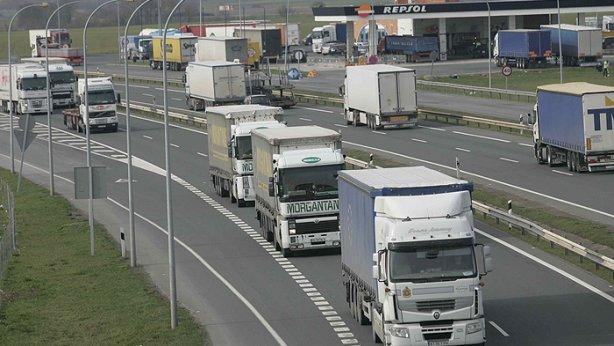 Camiones circulando por carreteras españolas