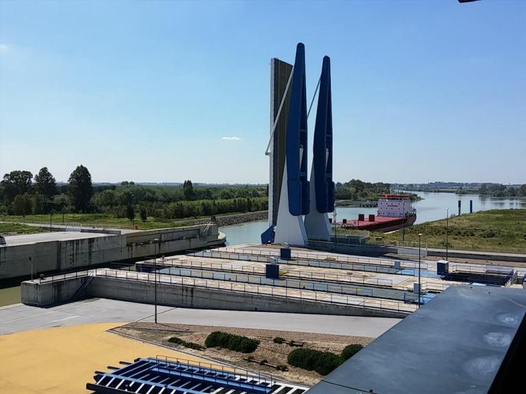 Esclusa Puerto de Sevilla, la cuarta más grande del mundo.