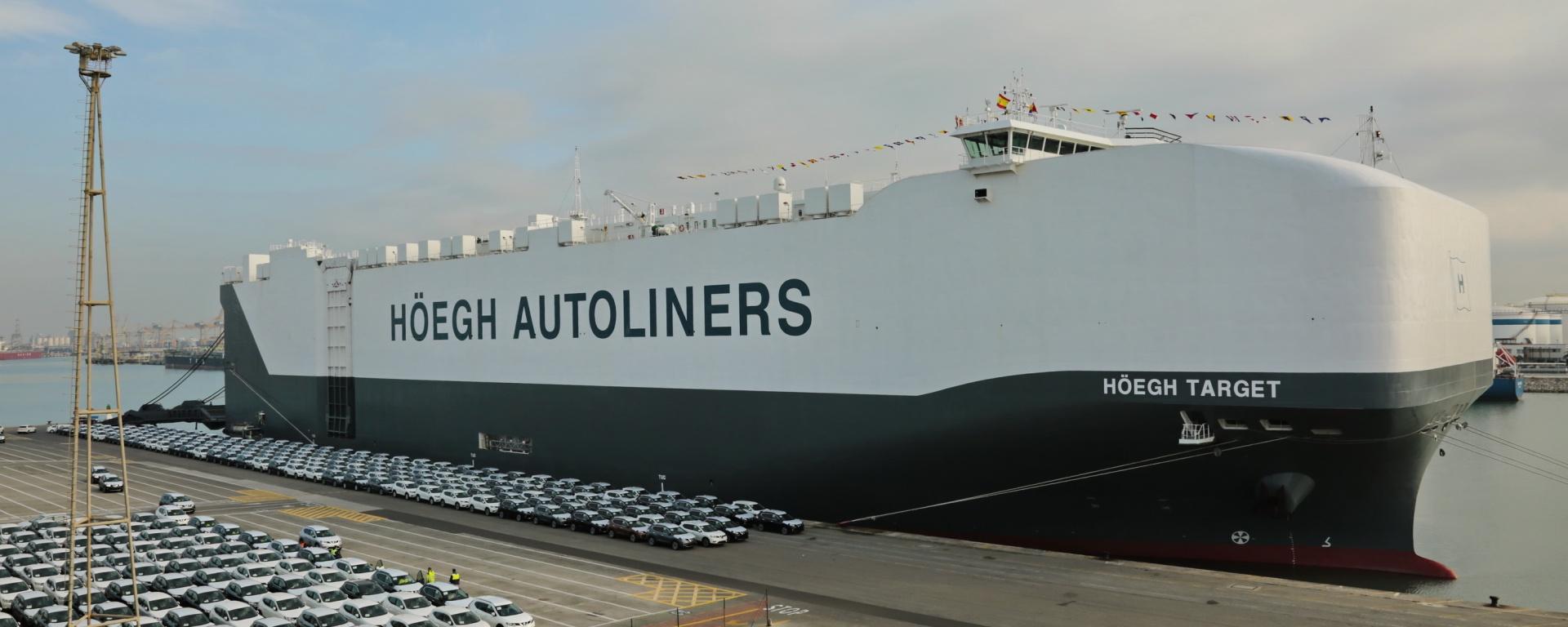 El barco portavehículos más grande del mundo atraca en el Puerto de Barcelona