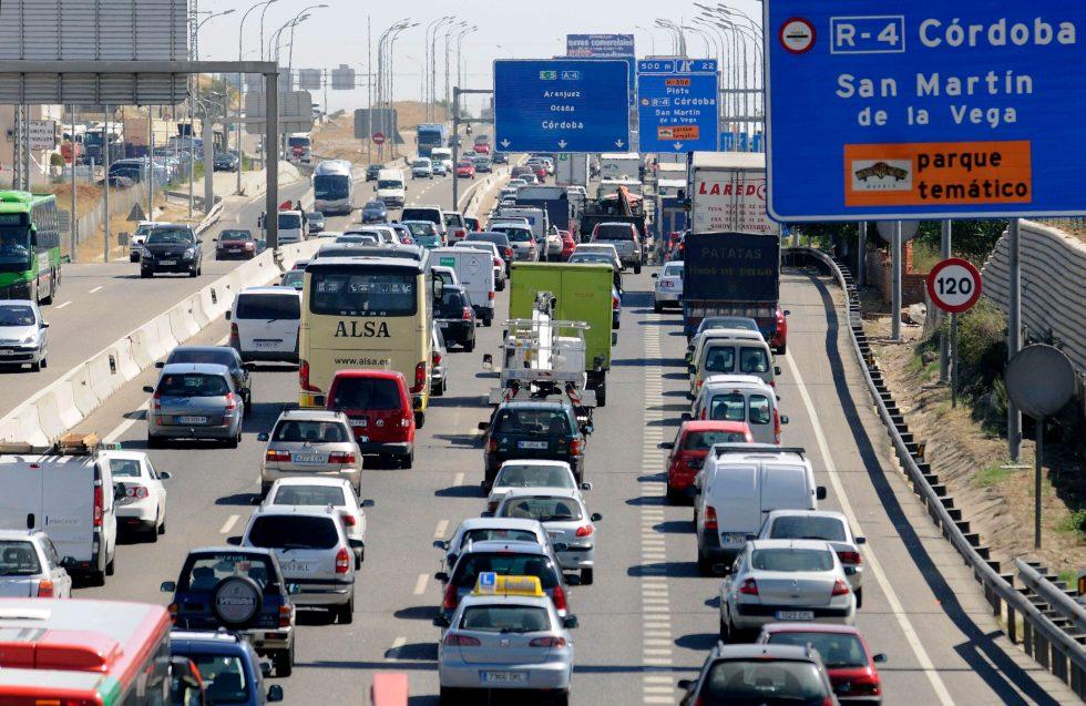 """MD57. MADRID, 31/07/08.- Estado del tráfico en dirección salida de Madrid en la autovía A-4, a la altura de la localidad de Pinto, en una jornada en la que la Dirección General de Tráfico (DGT) ha puesto en marcha la """"Operación Especial 1º de Agosto-2008"""", en la que se prevé que se produzcan hasta el domingo 6.250.000 desplazamientos. EFE/Kiko Huesca"""