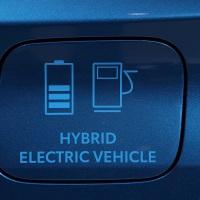 Los vehículos eléctricos y los híbridos enchufables vendieron 10.100 unidades más que los coches diésel en agosto